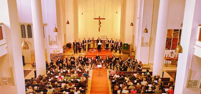 Nachwuchsmusiker und Profis mit beeindruckendem Bläserkonzert